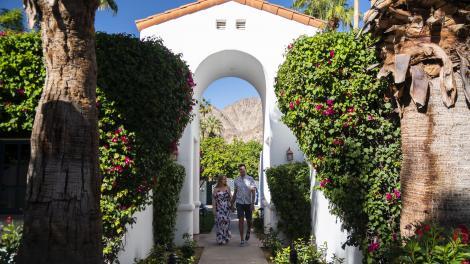 カリフォルニア州パームスプリングスのラ・キンタ・リゾート&クラブ(La Quinta Resort & Club)でのカップル
