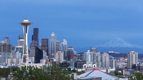ワシントン州シアトルにあるスペースニードルとレーニア山