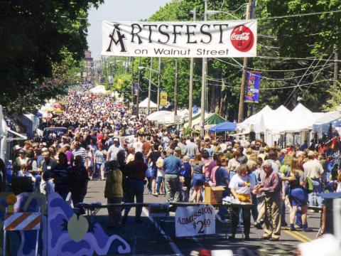 ミズーリ州南西部最大の屋外フェスティバルの 1 つ、ウォルナットストリートのアートフェスト