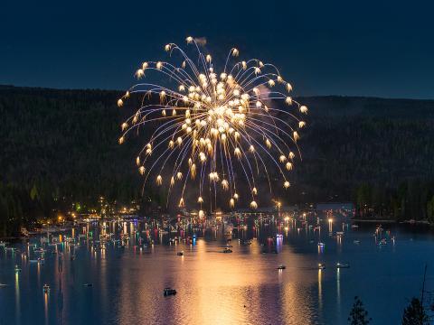 独立記念日を祝い、美しいベースレイクの上空に打ち上げられる花火