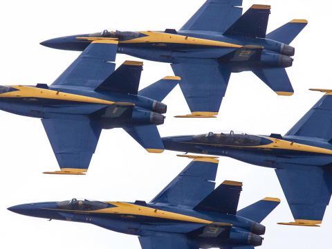 ダルース航空ショーで空高く舞うブルーエンジェルズ