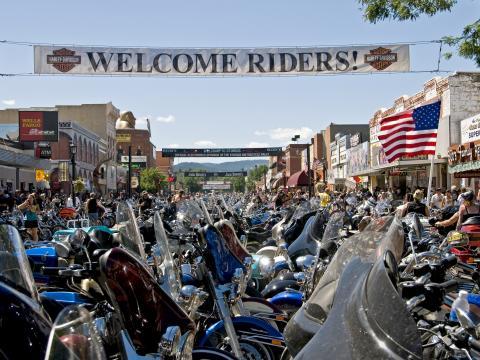 毎年 8 月に開催されるラリーを控え、スタージスの道路を埋め尽くすオートバイ