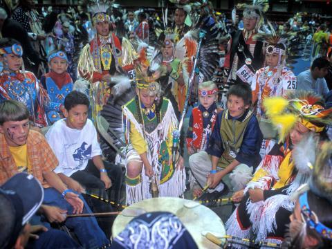 ブラック・ヒルズ・パウワウのコンテストで祝うグレートプレーンズの先住民による歌や踊り