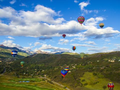 スノーマス・バルーン・フェスティバルで空高く飛ぶ熱気球