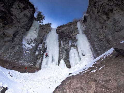 コーディ・アイス・クライミング・フェスティバルでよじ登る氷の壁