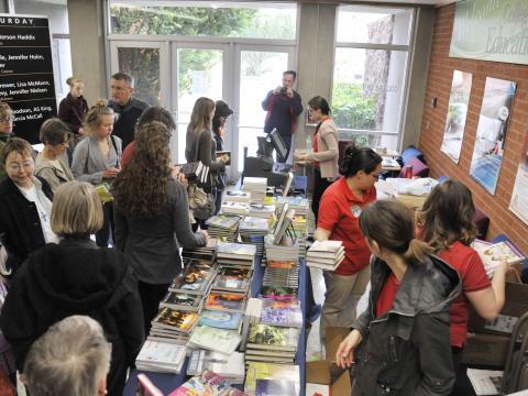 ツーソン・フェスティバル・オブ・ブックスに集まる熱心な読者