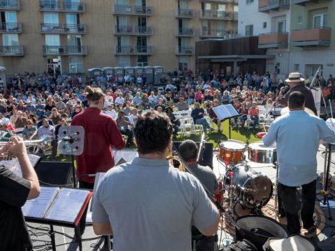 ツーソン・ジャズ・フェストの観客の前で演奏