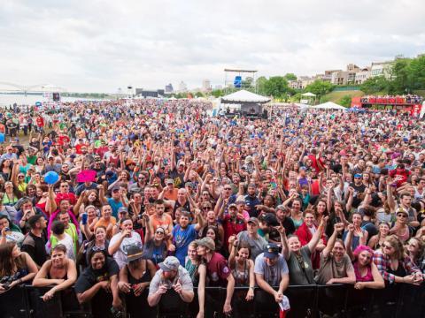 ビール・ストリート・ミュージック・フェスティバルの超満員の観客席