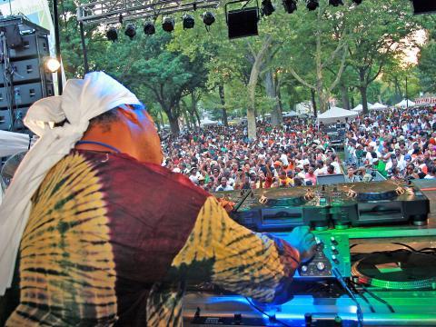 リンカーン・パーク・ミュージック・フェスティバルのダンスデイで場を盛り上げる DJ