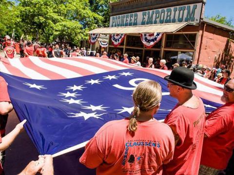 コロンビアで 7 月 4 日のアメリカ独立記念日を盛大に祝う式典