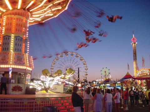 ミネソタ・ステート・フェアでスリル満点の乗り物を楽しむ人々