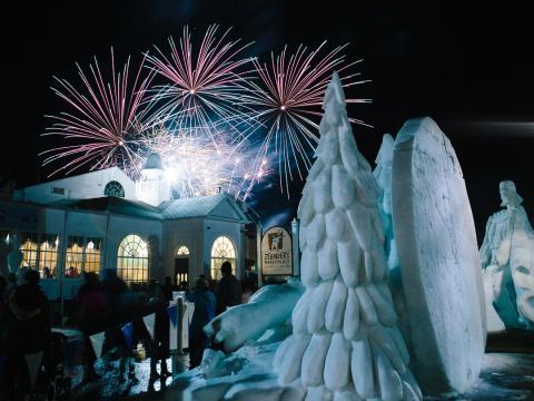 スノーフェストの彫刻作品と花火