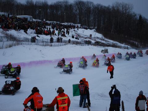 毎年開催される I-500 スノーモービルレースの賑やかな参加者