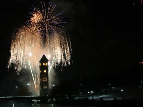 大晦日に催されるファースト・ナイト・スポーケンの花火が上がるスポーケンのダウンタウン