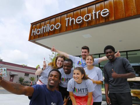 インディ・メンフィス映画祭の前にセルフィーを撮影するグループ