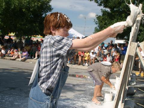 ナショナル・トム・ソーヤー・デイズでフェンスに水しっくいを塗る作業