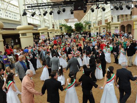 イタリアン・ヘリテージ・フェスティバルで国旗と同じ色を身につけて踊る人々