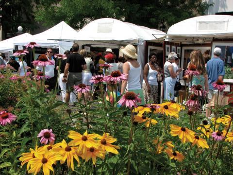 デンバーのチェリー・クリーク・アート・フェスティバルでを見て回る美術品の露天