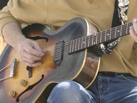 シャイアン・アート・フェスティバルでかき鳴らすギター