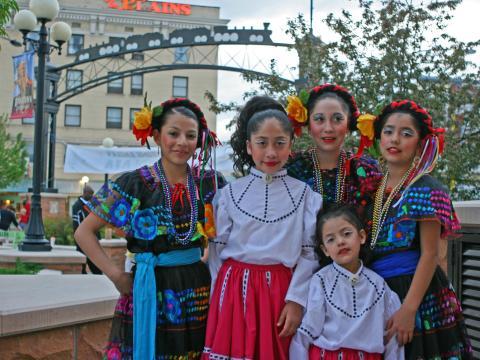 シャイアンのヒスパニックフェスティバルで伝統衣装に身を包むダンサー
