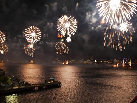 メイシーズの独立記念日の花火に照らされる夜