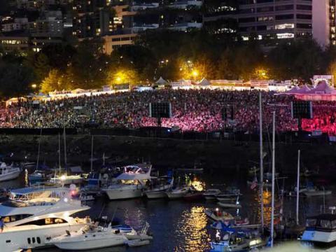ウォーターフロント・ブルース・フェスティバルでネオンライトに照らされた観客席