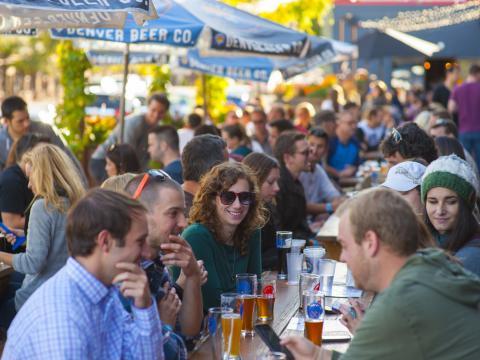 デンバー・ビア・カンパニーの屋外パティオで楽しむビール