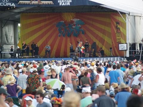ニューオーリンズ・ジャズ・アンド・ヘリテージ・フェスティバルでのライブパフォーマンスを聴くために集まった聴衆