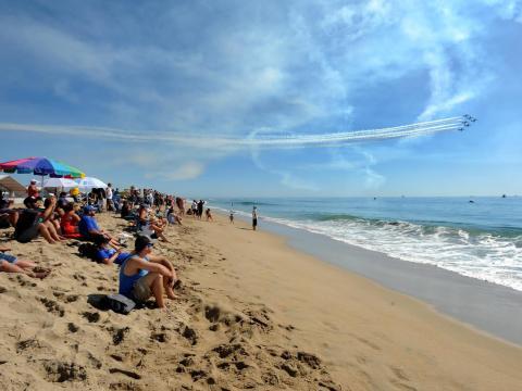 晴天に恵まれたハンティントンビーチ航空ショー