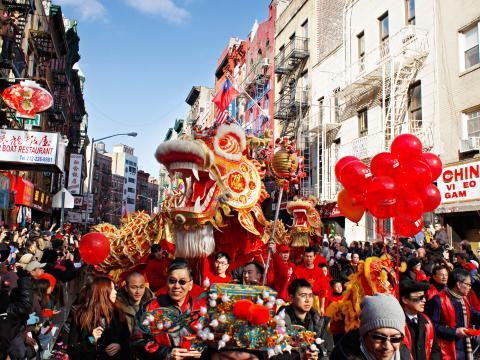 旧正月パレードを先導するドラゴン