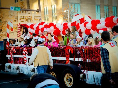 ビッグ・ジングル・ジュビリー・ホリデー・パレードに参加する華やかなフロート