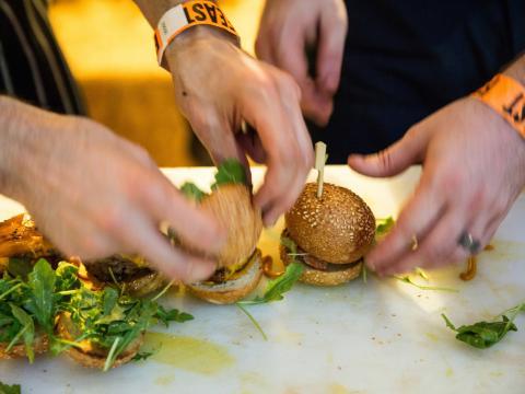 フィーストポートランドでスライダー(ミニハンバーガー)を試食