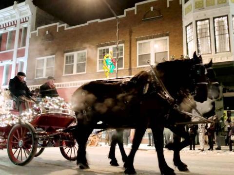 街頭でクリスマスパレードで引くワゴン