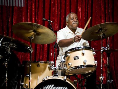 ポートランド・ジャズ・フェスティバルで演奏するドラマー