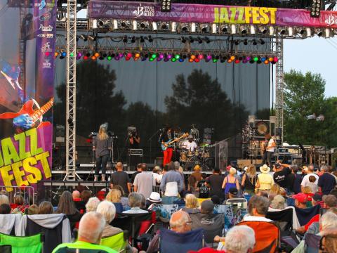 人気のフェスティバルに地元、国内で有名なミュージシャンが登場