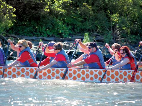 チーム一丸となってこぐドラゴン・ボート・レース