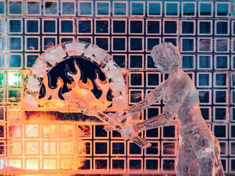 ゼンダーのスノーフェストに展示されている創意に富む氷の彫刻