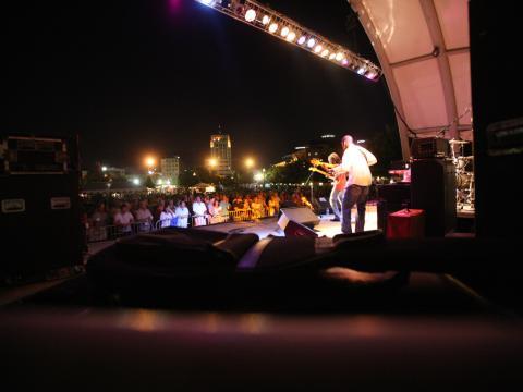 カラマズー・ブルース・フェスティバルのステージで演奏