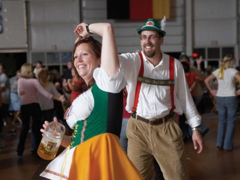 オクトーバーフェストでドイツの民族衣装を着て踊る人々