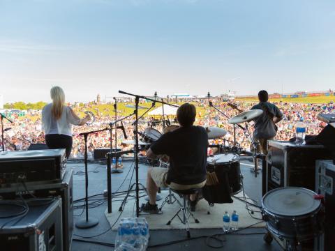 KCQ カントリー・ミュージック・フェスティバルの芝生を一望するステージでのライブパフォーマンス