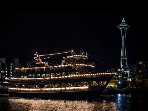 アーゴシー・クリスマス・シップス&ボンファイアの期間には、飾り付けられた船がスペースニードルの前に浮かびます