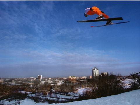 ブッシュ・レイク・スキー・ジャンプで空高く舞い上がるスキーヤー