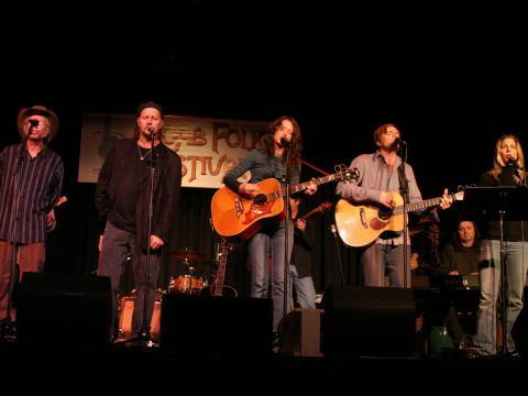 モアブ・フォーク・フェスティバルで心をこめて歌う人々
