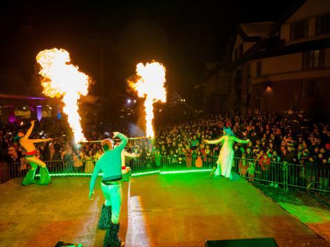 ヘブンリービレッジのヘブンリーホリデーズでの火を使ったショー