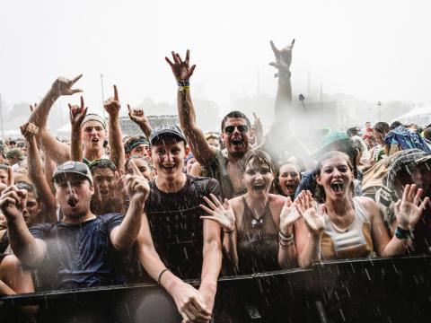 スロス・ミュージック&アーツ・フェスティバルで楽しむ観客