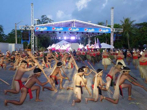 グアム・ミクロネシア・アイランド・フェアでパフォーマンスを披露する人たち