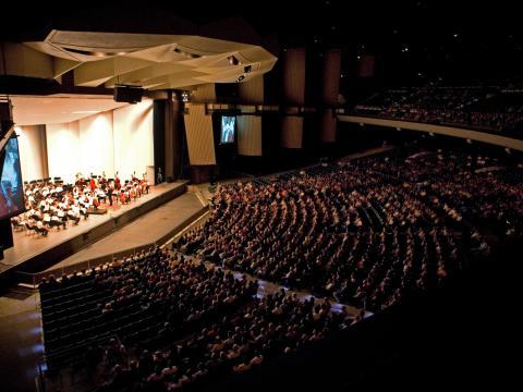 フィラデルフィアオーケストラに聞きほれる観客