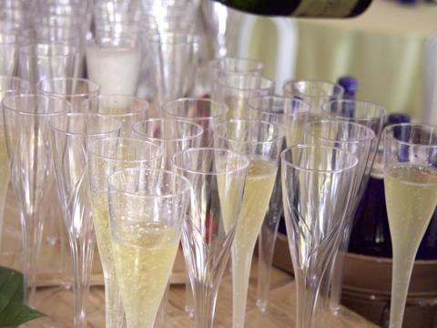 サラトガ・ワイン&フード・フェスティバルで待つシャンパンのグラスたち