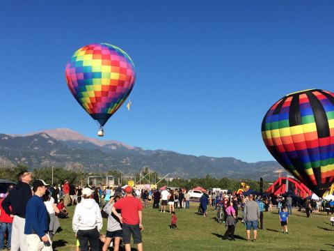 上昇する熱気球、コロラド・スプリングス・レイバー・デー・リフト・オフ