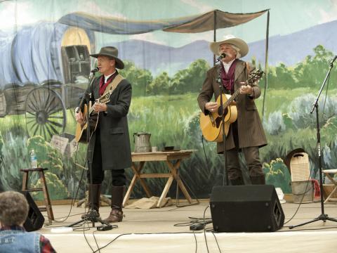 キャッシュ・バレー・カウボーイ・ランデブーで歌う 2 人のシンガー